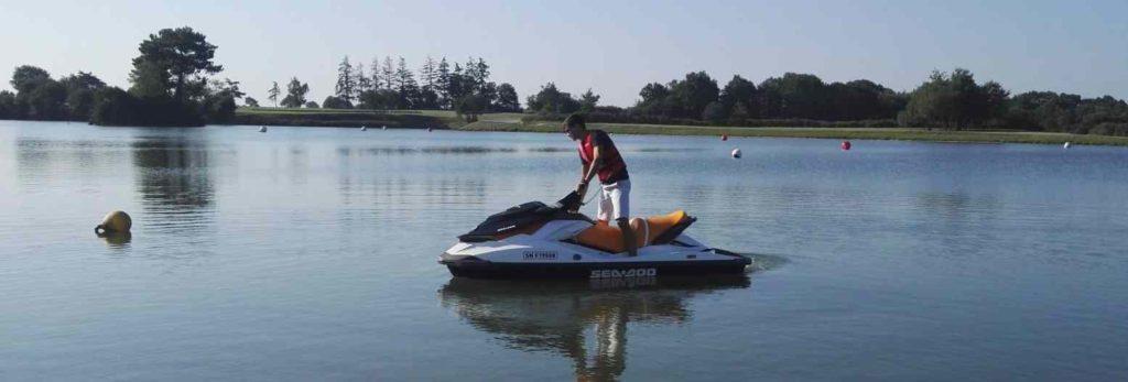 Jet ski sans permis sur un plan d'eau