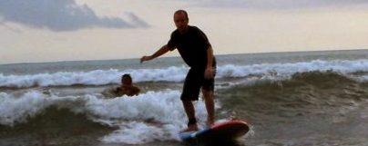 Un développeur sur un surf, et oui tout le monde s'y met chez Loisirs et Sensations